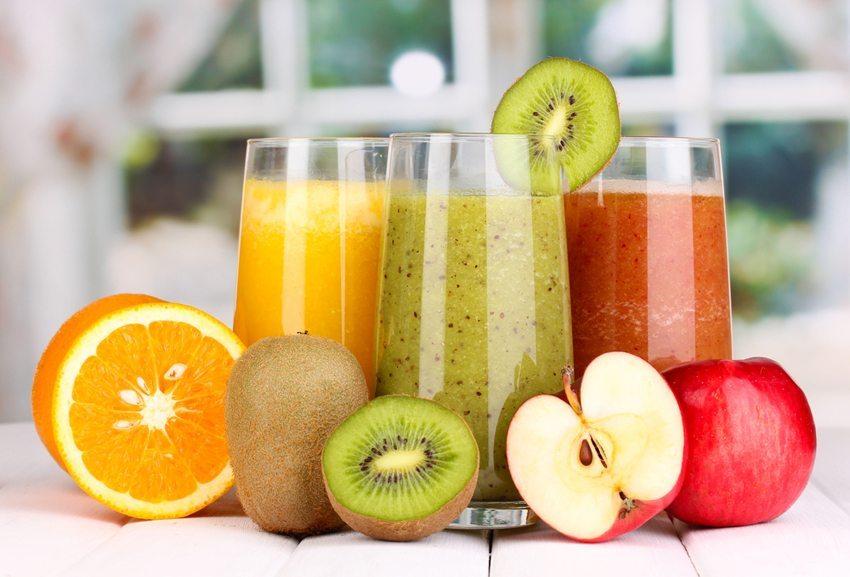 Eine Portion Obst kann in Form eines frisch gepressten Fruchtsaftes aufgenommen werden. (Bild: Africa Studio / Shutterstock.com)