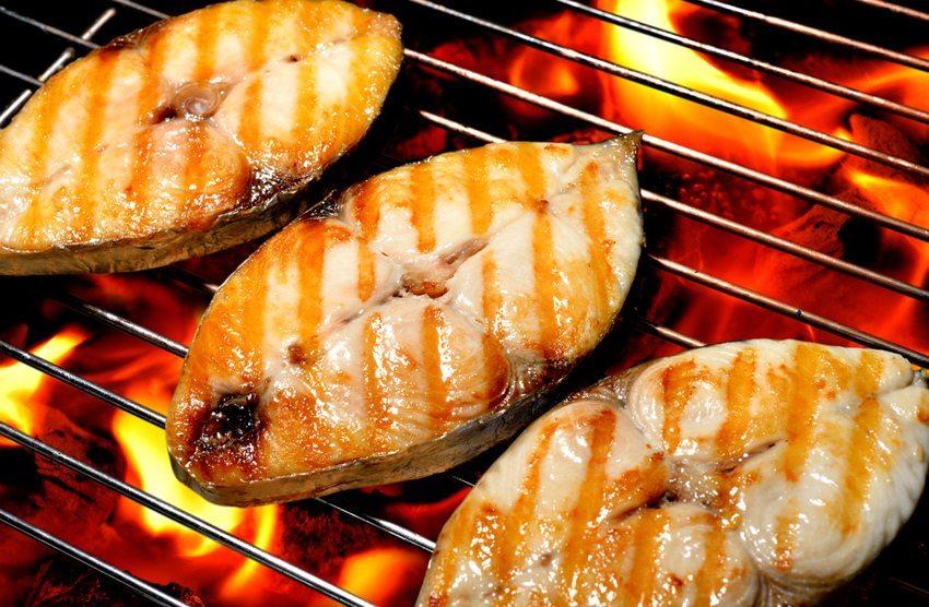 Gegrillter Fisch schmeckt einfach köstlich! (Bild: amenic181 / Shutterstock.com)