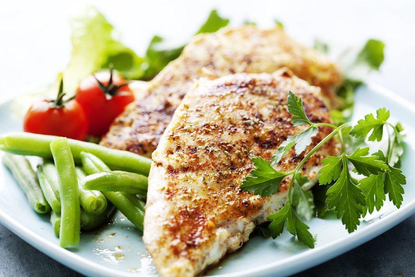 Low Carb Mittagessen – ein Stück Fleisch oder Fisch mit unterschiedlichen Gemüsesorten. (Bild: Liv friis-larsen / Shutterstock.com)