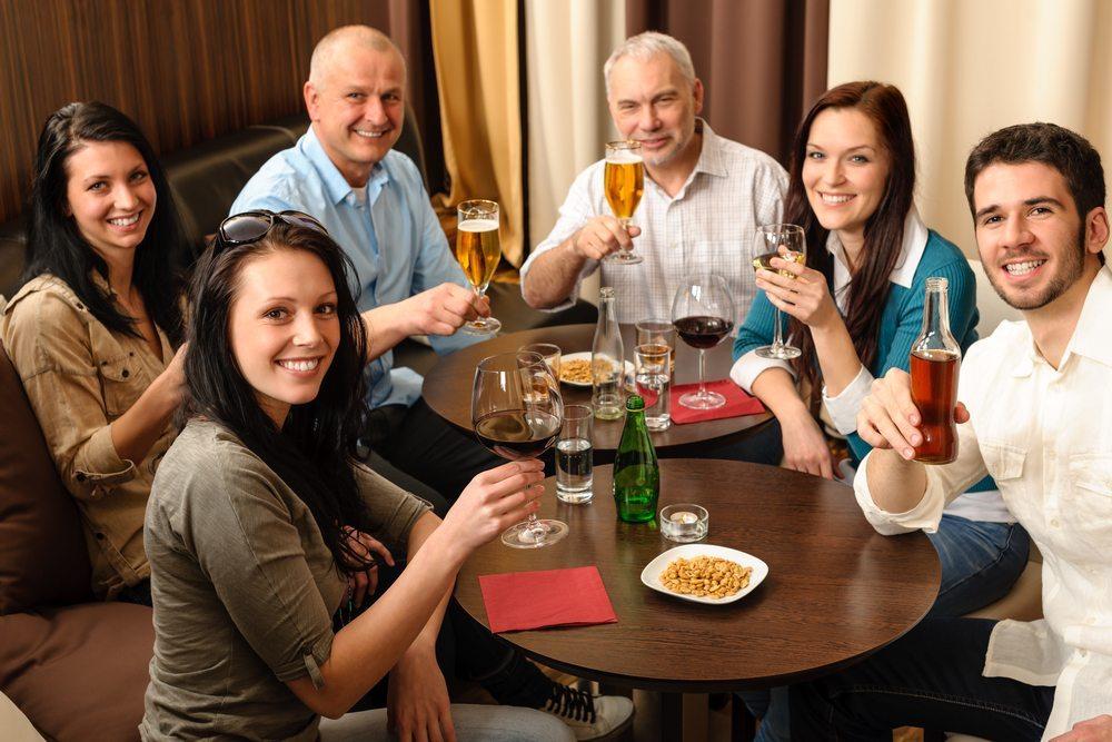 Für gesunde Menschen ist Alkoholgenuss in kleinen Mengen kein Problem. (Bild: CandyBox Images / Shutterstock.com)