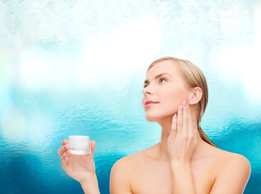 Neben den pflegenden Anti-Aging-Produkten stehen auch diverse Effektcremes zur Verfügung, welche eine sofortige Hautglättung erzielen. (Bild: Syda Productions / Shutterstock.com)