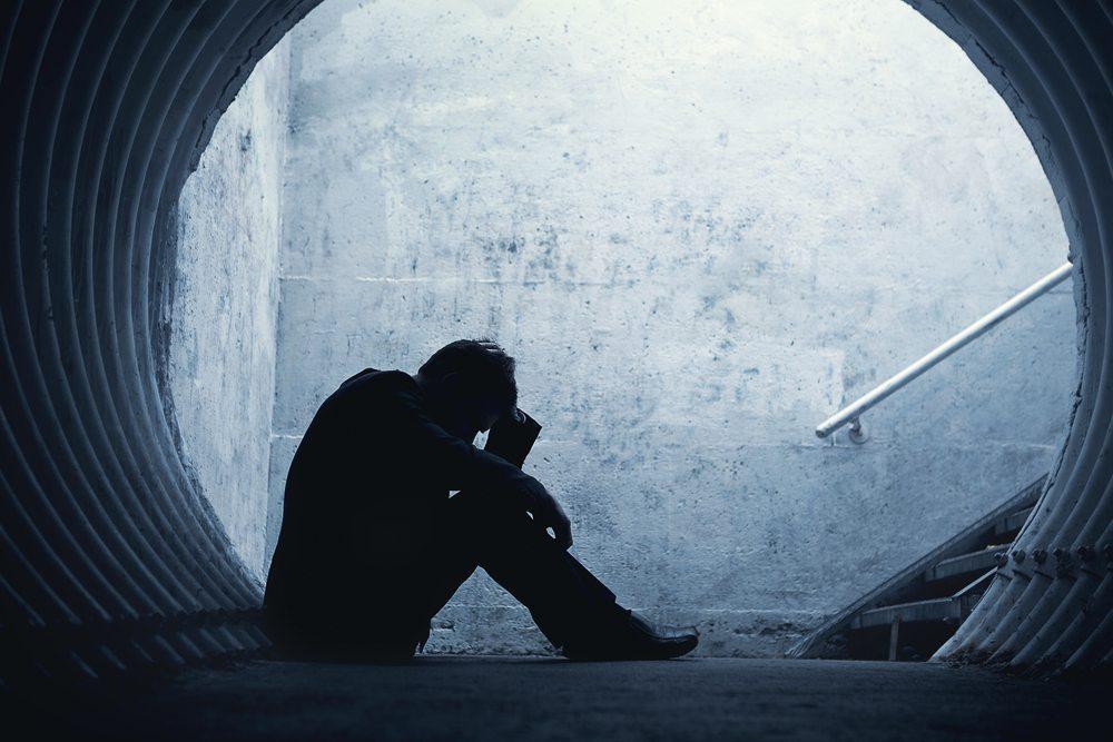 Nachweislich führt ein Serotoninmangel auf Dauer zu Schwermut, Traurigkeit und sogar Depressionen. (Bild: Frenzel / Shutterstock.com)