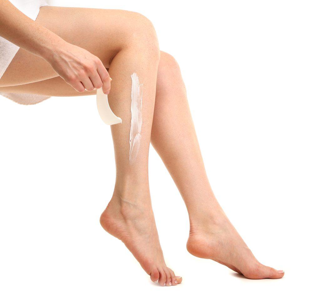 Enthaarungscreme – mit Chemie zu glatten Beinen. (Bild: Africa Studio / Shutterstock.com)