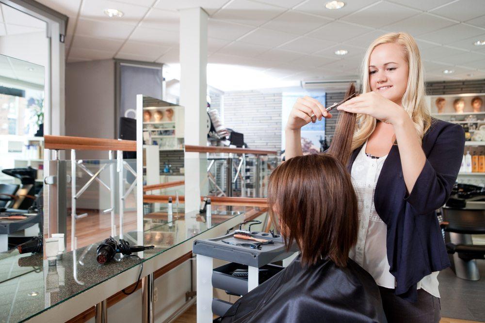 Natürlich möchte man seine neue Haarpracht auch nach dem Frisörbesuch ansprechend in Szene setzen. (Bild: Tyler olson / Shutterstock.com)