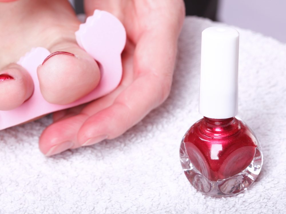 Wenn Sie sich für eine passende Farbe entschieden und alle benötigten Utensilien bereitgelegt haben, können Sie mit dem Lackieren beginnen. (Bild: Anetlanda / Shutterstock.com)