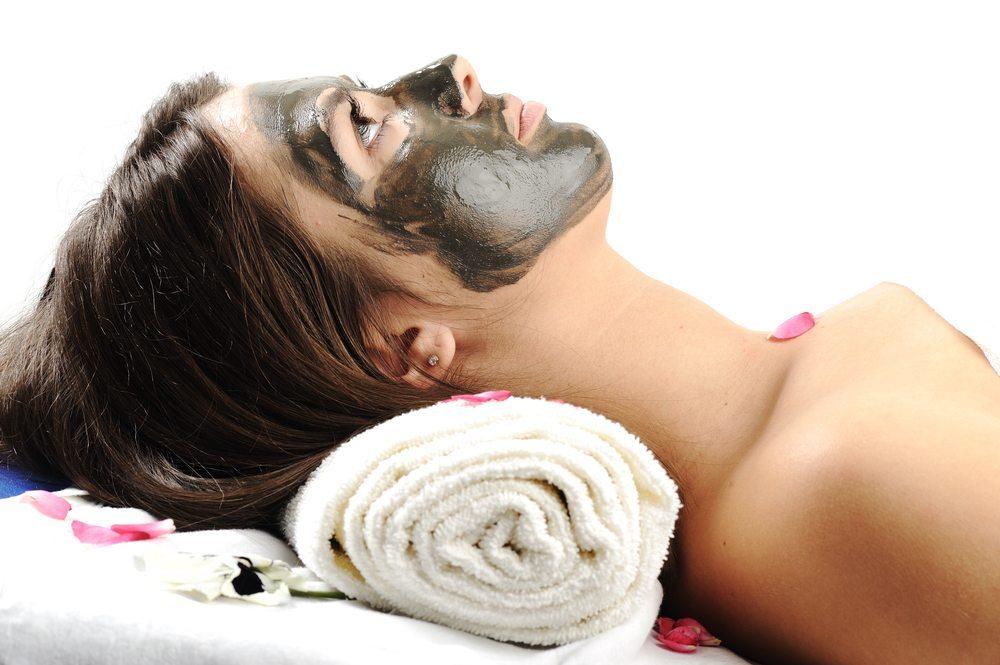 Gesichtsmaske gegen unreine Haut. (Bild: Zurijeta / Shutterstock.com)
