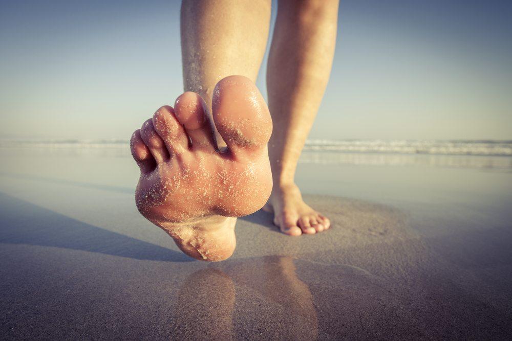 Zehen-Training im Sand. (Bild: Erlo Brown / Shutterstock.com)