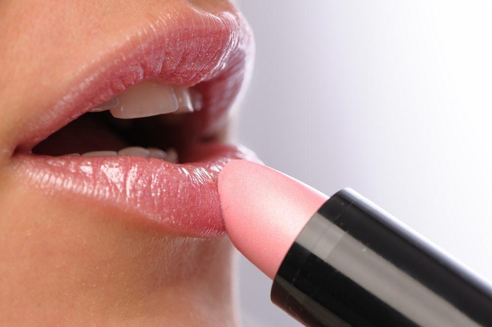 Schmale Lippen verführerisch schminken. (Bild: Charles Nagy / Shutterstock.com)