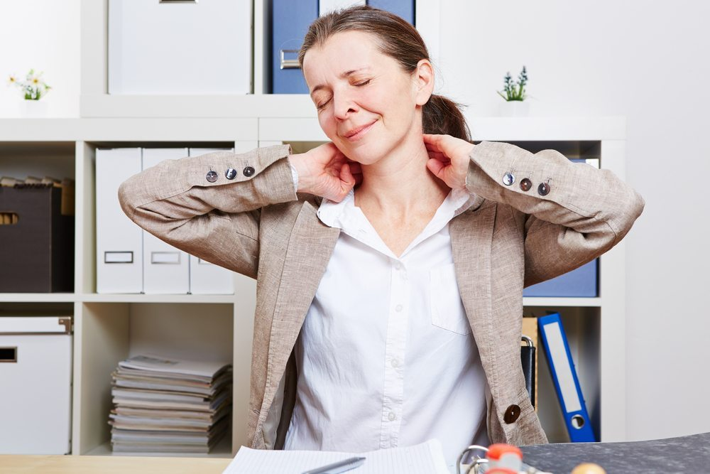 Übungen für den Nacken. (Bild: Robert Kneschke / Shutterstock.com)