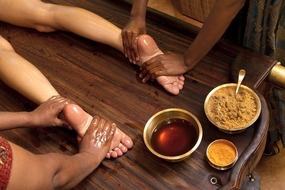 Padabhyanga - Bei dieser indischen Technik, die wie Garshan der traditionellen ayurvedischen Medizin entspringt, stehen die Beine und Füsse des Menschen im Mittelpunkt. (Bild: Valery Kraynov / Shutterstock.com)