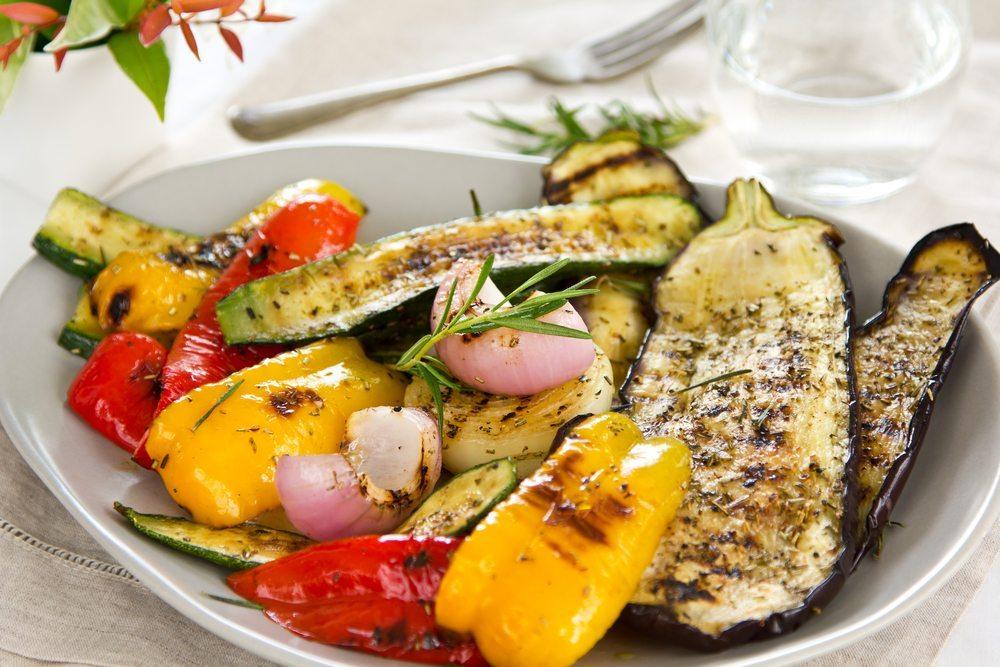 Mediterrane Küche: Paprika, Zucchini und Oliven. (Bild: vanillaechoes / Shutterstock.com)