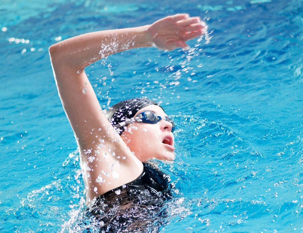 Eine Alternative zum Jogging oder Walking ist das Schwimmen. (Bild: Aleksandr Markin / Shutterstock.com)