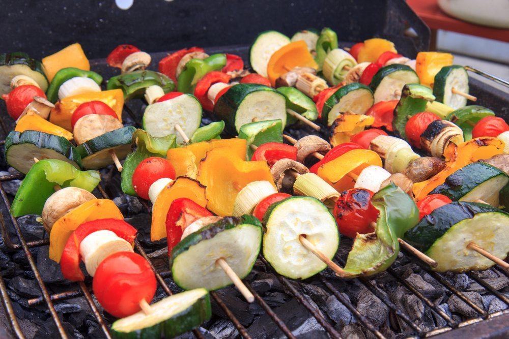 Wer Fleischersatzprodukte grillen möchte, sollte vor allem wissen, dass diese wesentlich hitzeempfindlicher sind als klassische Würstchen und Steaks aus Fleisch. (Bild: Vladislav Gajic / Shutterstock.com)