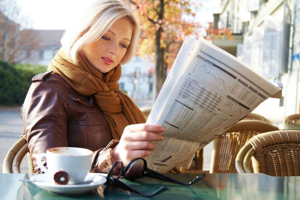 Im Rahmen einer Studie an der Universität Bochum fanden Wissenschaftler heraus, dass Zeitungsleser nach dem Genuss einer Tasse Kaffee viel mehr positive Begriffe wahrnahmen als Probanden, die keinen Kaffee getrunken hatten. (Bild: legenda / Shutterstock.com)