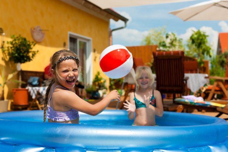 Spiel und Spass am Pool: alles inklusive im Kinderhotel. (Bild: © Kzenon - Fotolia.com)