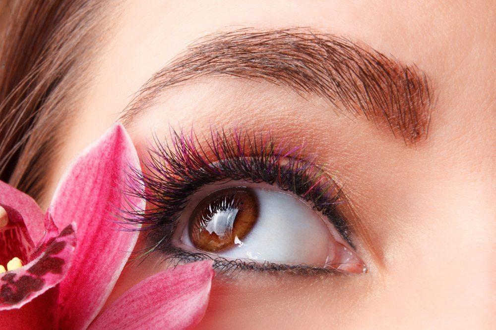 Dermatologen betonen, dass die Wimpern ebenso viel Pflege benötigen wie das Haar. (Bild: Imcsike / Shutterstock.com)