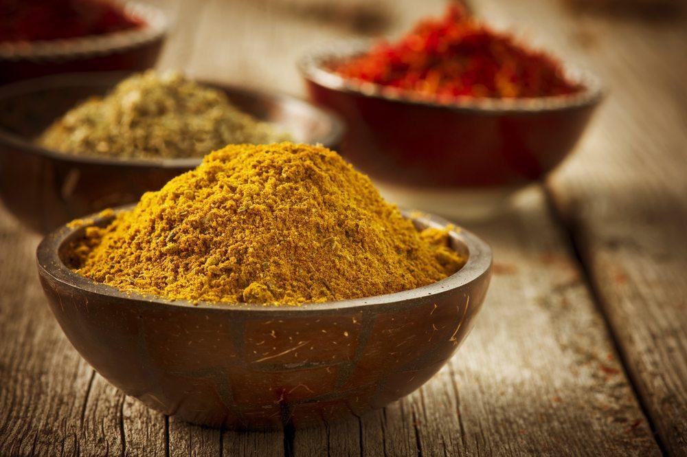 Gewürze helfen – Curry und Co. als Verjüngungskur. (Bild: Subbotina Anna / Shutterstock.com)