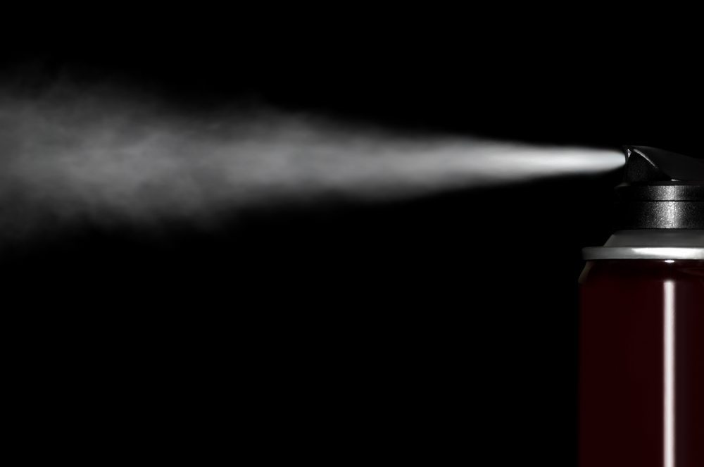 Das Deo-Spray ist nach wie vor eine echte Alternative, wenn Sie Deo-Flecken vermeiden wollen. (Bild: Limpopo / Shutterstock.com)