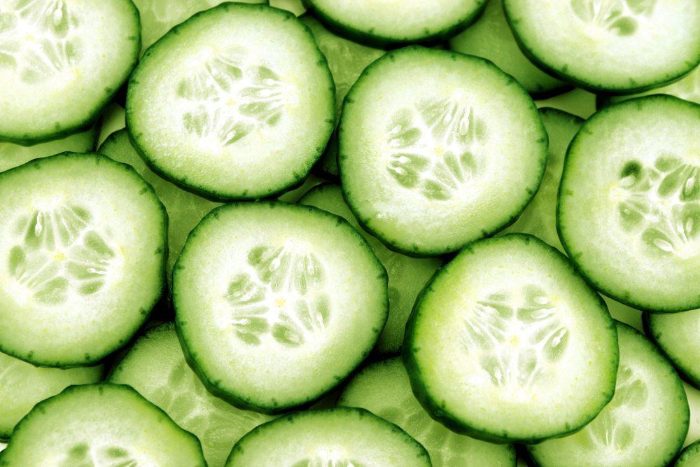 Wenn Sie sich morgens eine gesunde Gemüsebox für die Pause im Büro vorbereiten, sollte neben der Paprika die Gurke nicht fehlen. (Bild: Designsstock / Shutterstock.com)