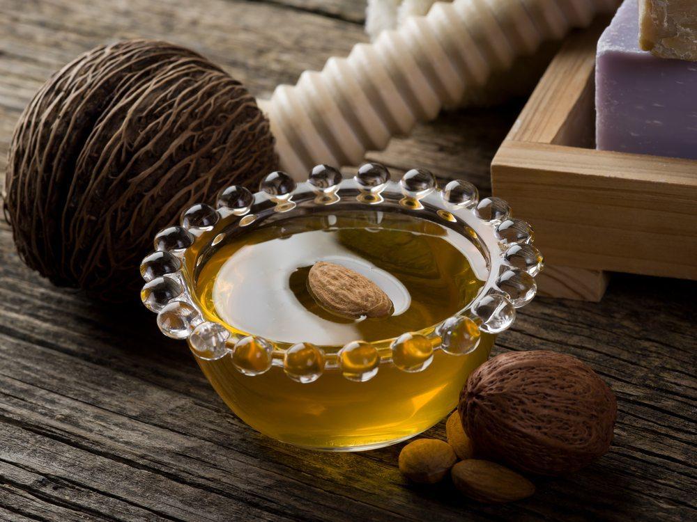 Neben Cremes aus Tiegeln und Tuben sind Naturprodukte, wie beispielsweise Sheabutter oder Kokos- und Mandelöl wahre Ersthelfer, wenn es um trockene, gereizte Haut geht. (Bild: marco mayer / Shutterstock.com)