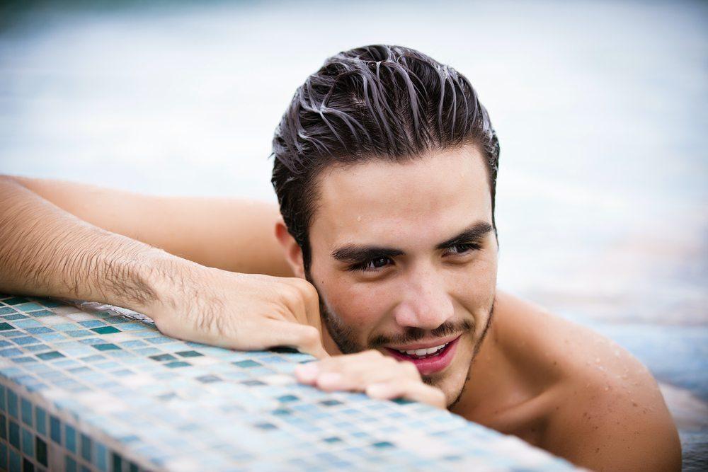 Das Haar wird vom salzigen Meerwasser oder von Chemikalien wie Chlor aus dem Pool belastet. (Bild: Luna Vandoorne / Shutterstock.com)