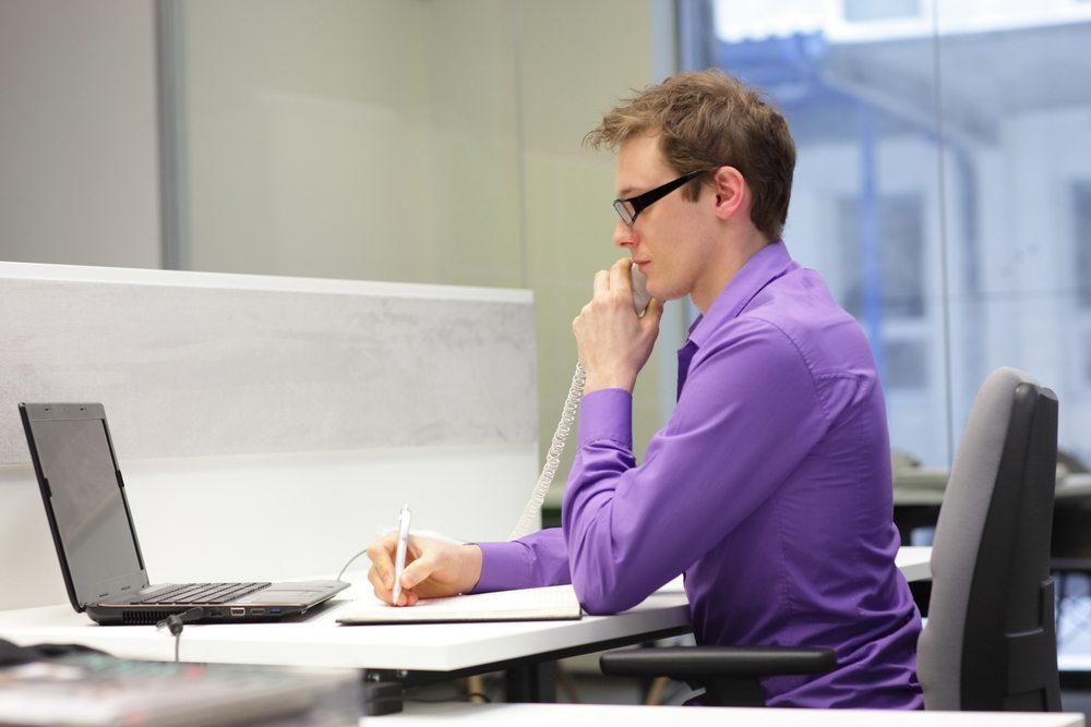 Am Schreibtisch ist es wichtig, die richtige Haltung einzunehmen. (Bild: Marcin Balcerzak/Shutterstock.com)