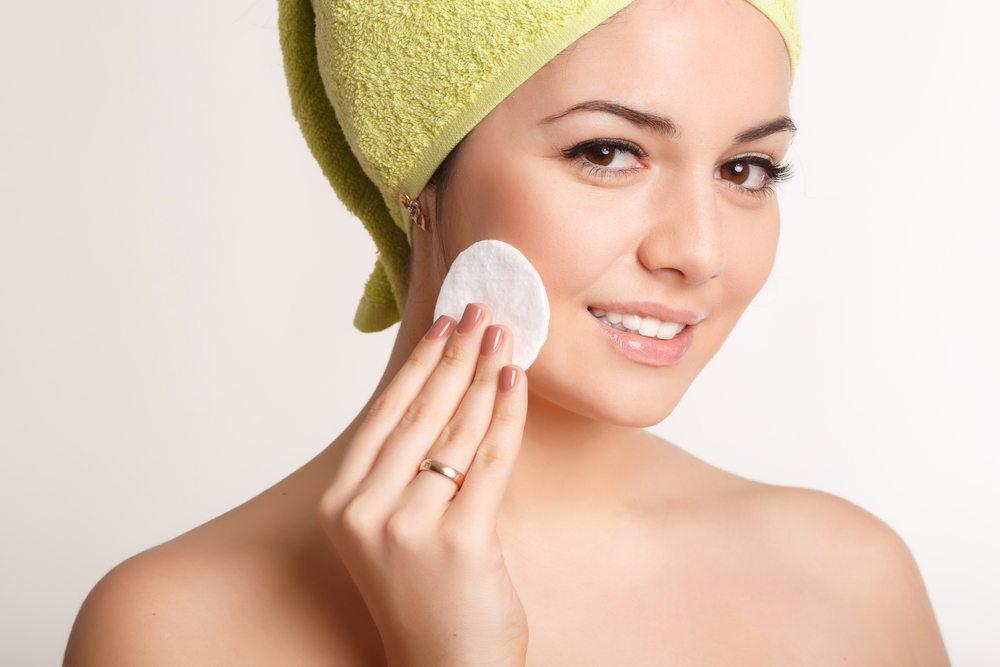 Damit die Prozedur der Make-up-Entfernung leichter fällt, sollten spezielle Abschmink-Lotionen zum Einsatz kommen. (Bild: Sofia Andreevna / Shutterstock.com)