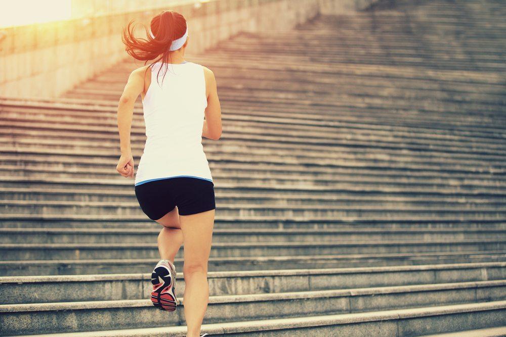 Das beste Mittel, die Fettverbrennung in Schwung zu bringen, ist Sport. (Bild: lzf / Shutterstock.com)