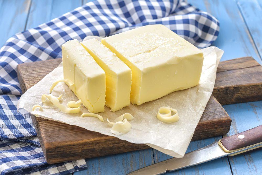 Bezüglich des Vitamingehalts ist Butter klar im Vorteil. (Bild: Sea Wave / Shutterstock.com)