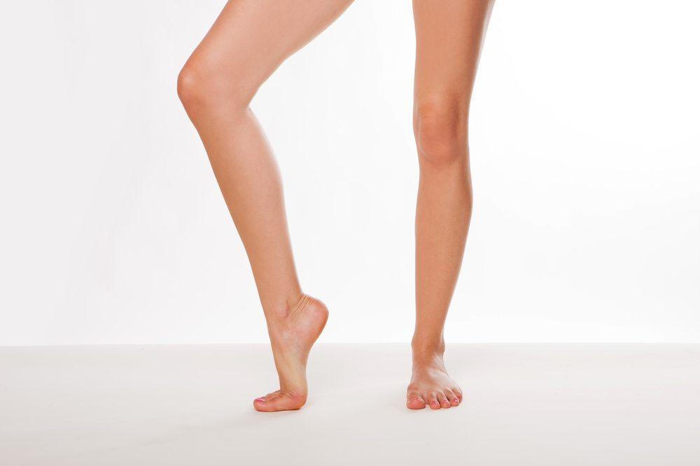 Stellen Sie sich auf die Zehenspitzen und laufen Sie so circa eine Minute lang umher. (Bild: NAS CRETIVES / Shutterstock.com)