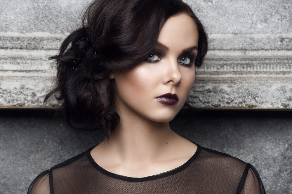 Man sollte , auf lockere Hochsteckfrisuren ausweichen und schonende Haargummis ohne Metallverschluss nutzen. (Bild: Malyugin / Shutterstock.com)
