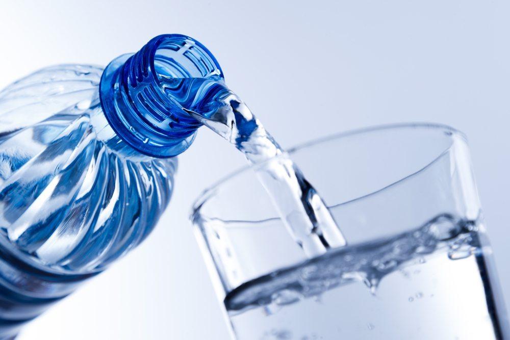 Wasser trinken - Zwischen zwei und drei Litern pro Tag sollten es schon sein. (Bild: Loke Yek Mang / Shutterstock.com)