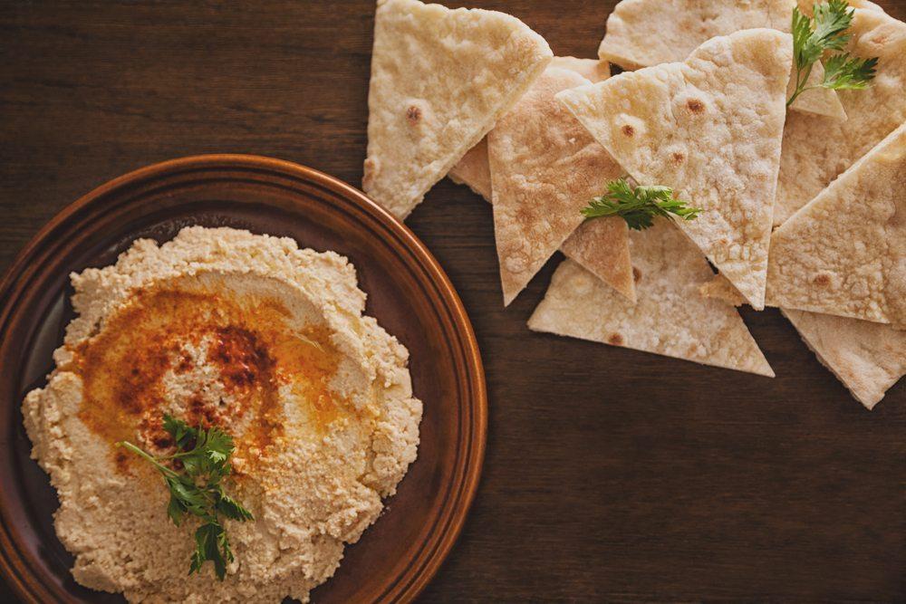 Hummus basiert auf Kichererbsen und Sesampaste. (Bild: NatashaPhoto / Shutterstock.com)