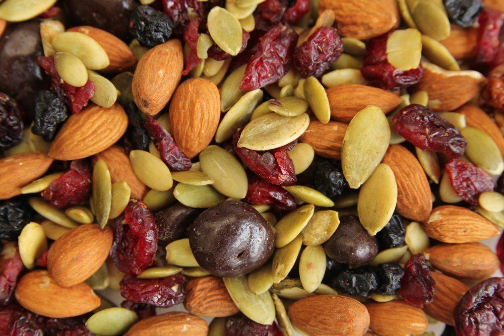 """""""Raw Food"""" beinhaltet neben Obst und Gemüse auch Samen und Nüsse sowie Trockenobst. (Bild: Pinkcandy / Shutterstock.com)"""