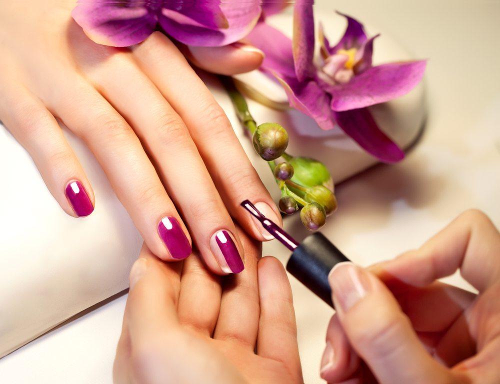 Mit bunten Nägeln durchs ganze Jahr. (Bild: Elena Vasilchenko / Shutterstock.com)