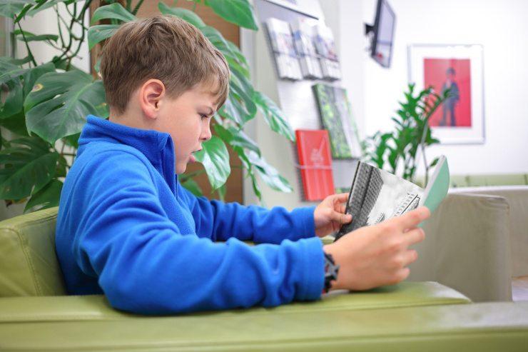 Ein Ledersofa ist auch für Kinder eine sehr gute Wahl. (Bild: © Pavel Losevsky - Fotolia.com)
