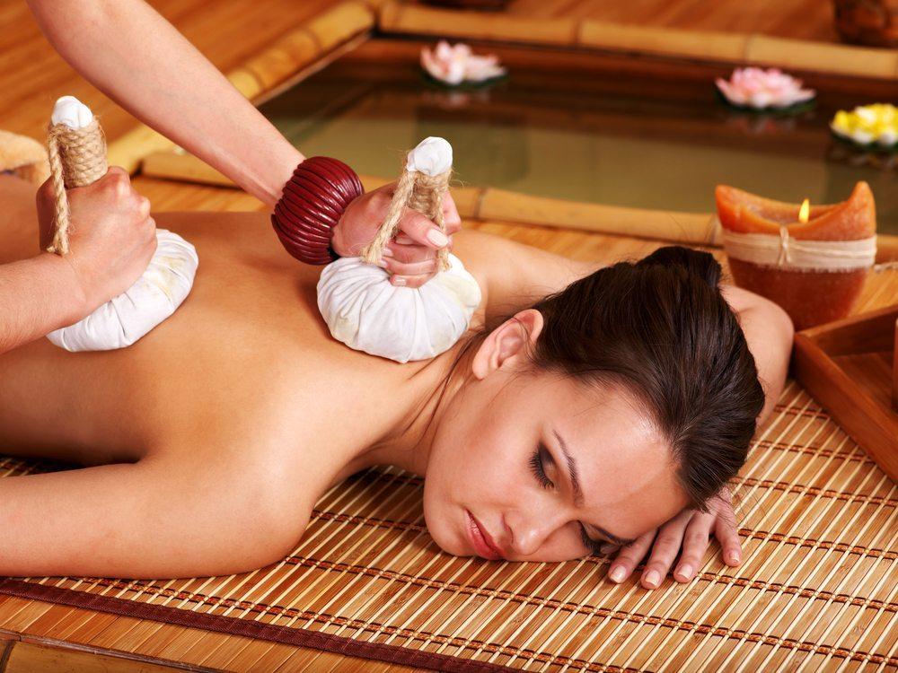 Exotische Massagen lösen Verspannungen, schenken neue Energie und pflegen die Haut seidenweich. (Bild: Poznyakov / Shutterstock.com)