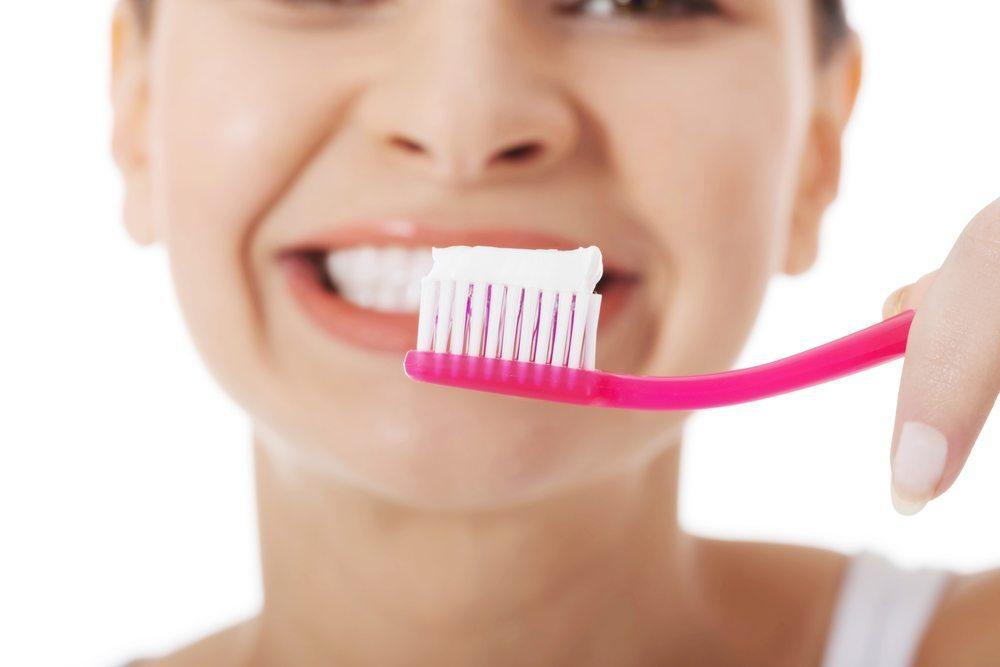 Reinigung der Zähne. (Bild: Piotr Macinski / Shutterstock.com)