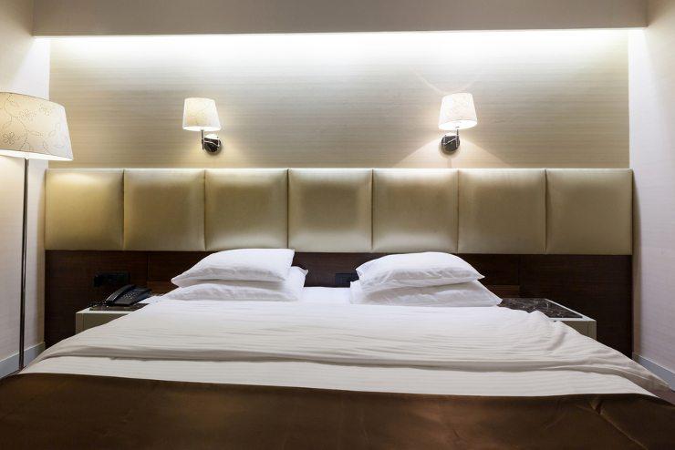 Das Bett ist natürlich das wichtigste Möbelstück im Schlafzimmer. (Bild: © Eviled - shutterstock.com)