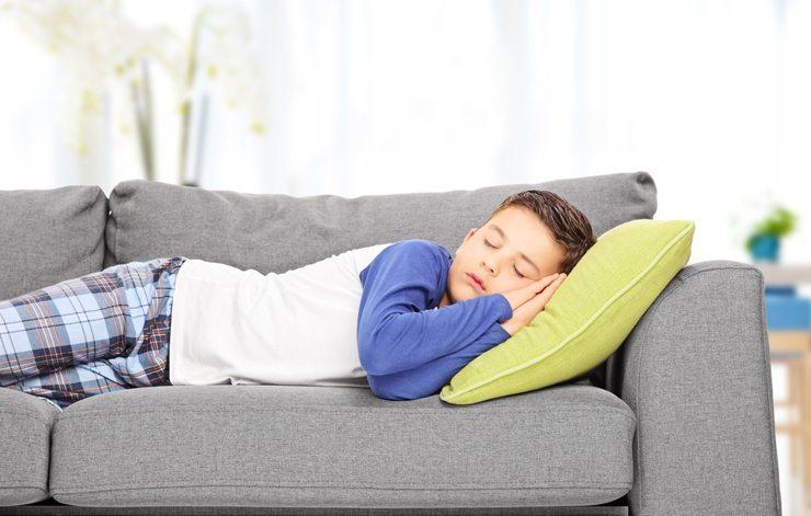 Eine Familie mit Kindern freut sich vielleicht über ein grösseres Sofa. (Bild: © Ljupco Smokovski - shutterstock.com)