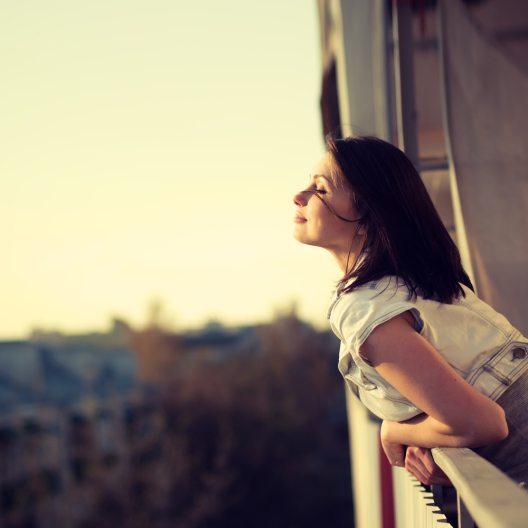 Wer einen Balkon an seiner Wohnung hat, kann sich glücklich schätzen. (Bild: © Aleshyn Andrei - shutterstock.com)
