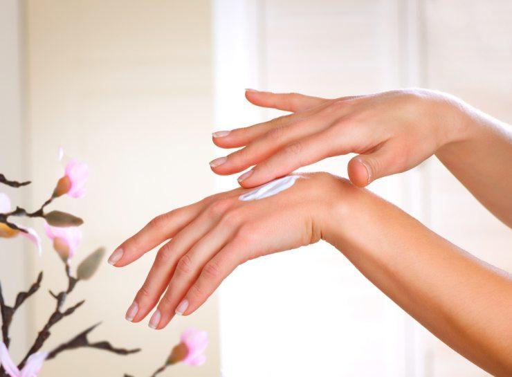 Unterschiedliche Haut auf Händen und im Gesicht (Bild: © Subbotina Anna - shutterstock.com)