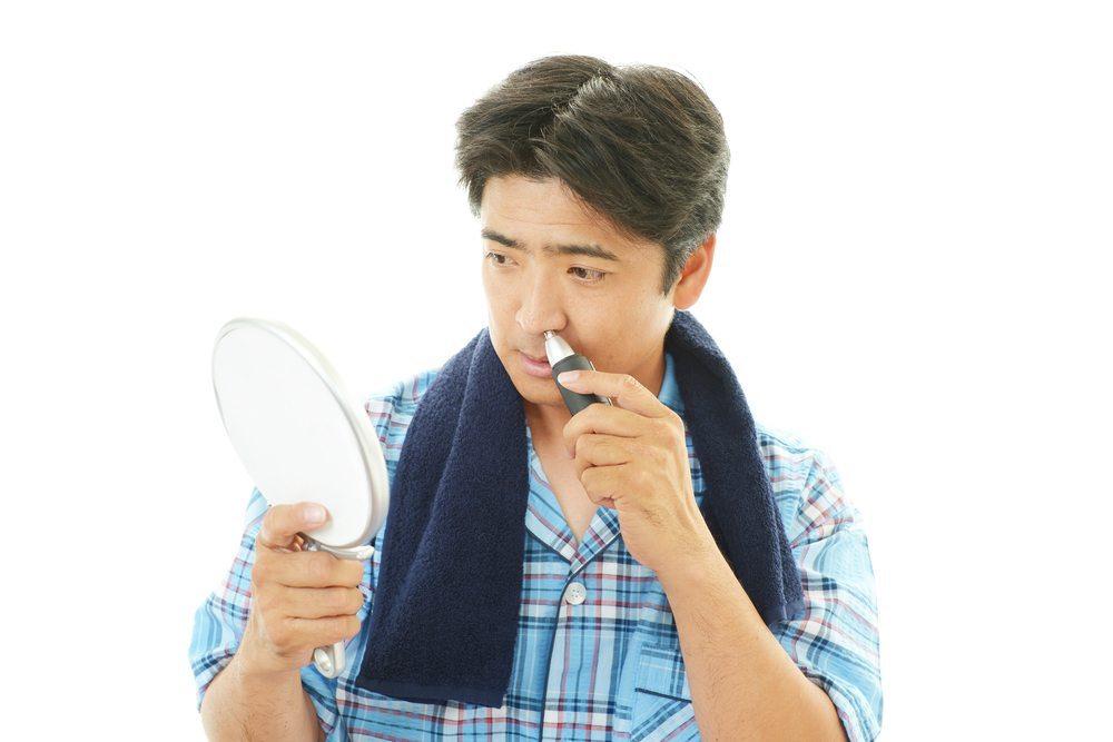 Der Nasenhaartrimmer empfiehlt sich für Männer mit starkem Haarwuchs in der Nase oder den Ohren. (Bild: Sunabesyou / Shutterstock.com)
