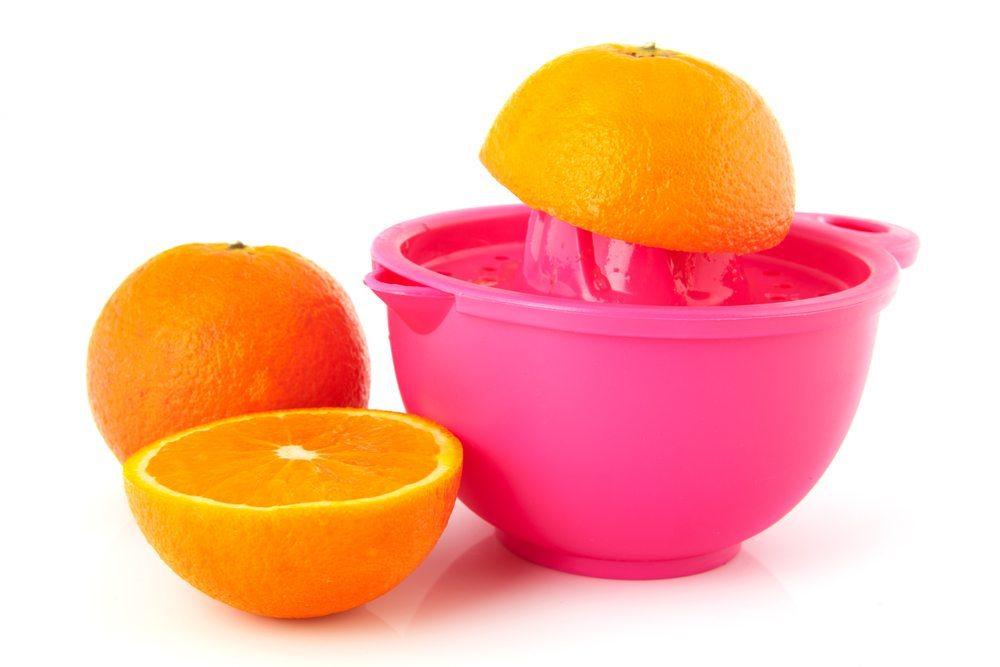 Beim Kauf von Saftpresse oder Entsafter für Obst und Gemüse ist zwischen manuellen und elektrischen Geräten zu entscheiden. (Bild: Ivonne Wierink / Shutterstock.com)