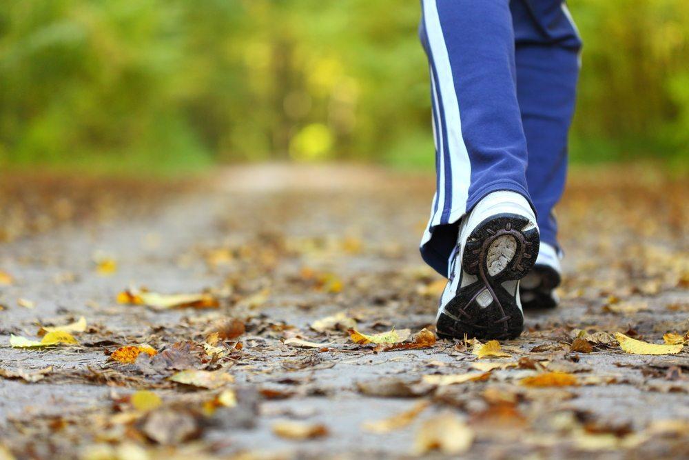Rheuma kann Menschen jedes Alters betreffen. Viele Sportarten können helfen, Beschwerden vorzubeugen. (Bild: Anetlanda / Shutterstock.com)