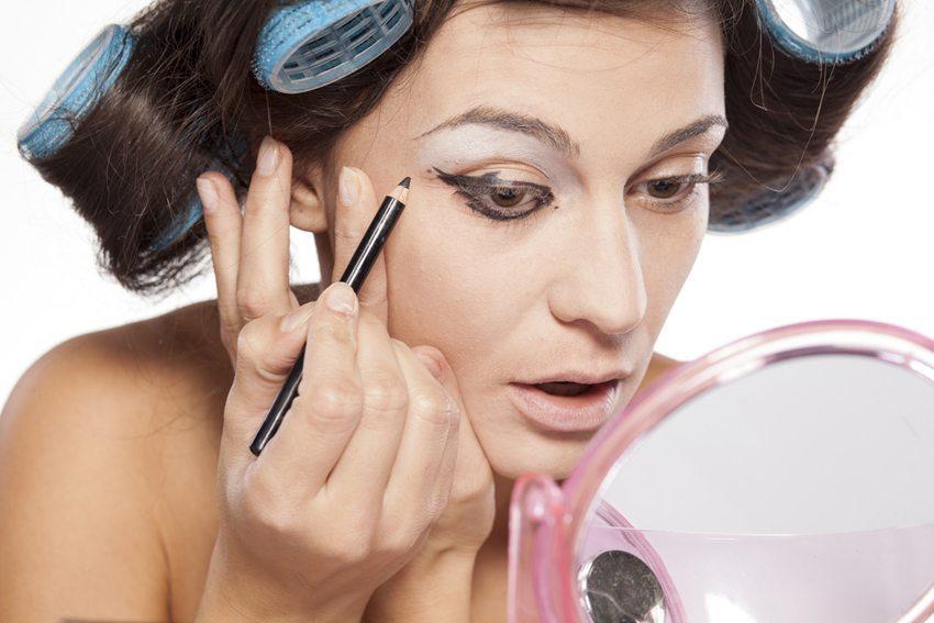 So etwas wie Routine gibt es beim Auftragen des Eyeliners nur selten. (Bild: Vladimir Gjorgiev / Shutterstock.com)