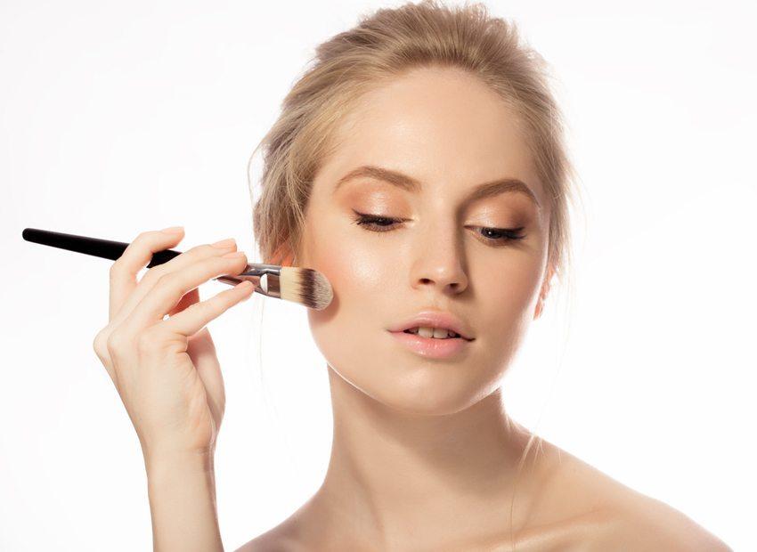 Primer soll die Haut optimal auf die Make-up-Grundlage vorbereiten. (Bild: Shumskaya Tatiana / Shutterstock.com)