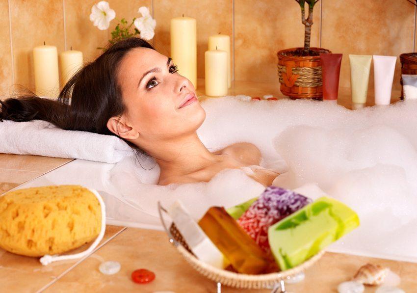 Warmes Wasser und passender Badezusatz lösen positive Wirkungen aus. (Bild: Poznyakov / Shutterstock.com)