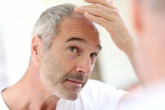 Wenn bei den Herren der Schöpfung die ersten grauen Haare zu sehen sind, dann ist das sexy. (Bild: © goodluz - shutterstock.com)
