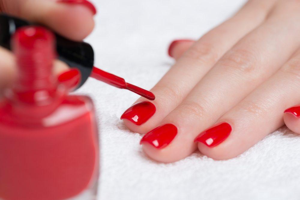 Im ersten Schritt tragen Sie matten Nagellack auf. (Bild: Tamara83 / Shutterstock.com)